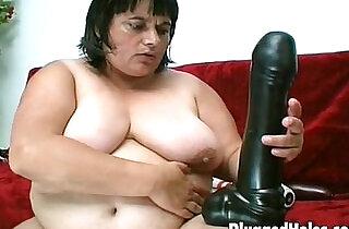 Curvy woman fucking a big bottle