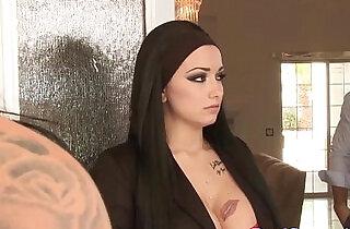 Trashy tattooed housesitter has a deepthroat
