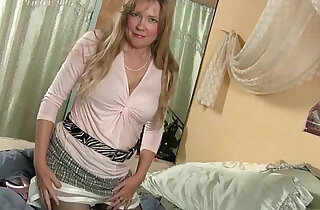 Pantyhosed milf cant control her raging hormones