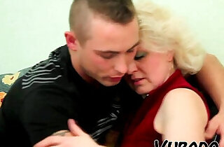 OLD BLONDE amateur MILF FUCKS YOUNG DUDE !!