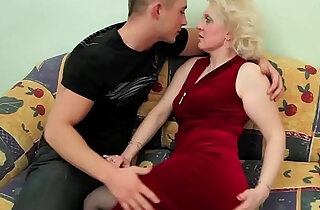 OLD BLONDE amateur MILF sucks and FUCKS YOUNG DUDE !!